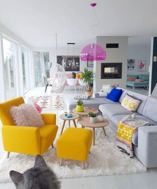 Dekoideen Wohnzimmer großer Raum hell ein gelber Sessel gelber Hocker dazu Blickfang