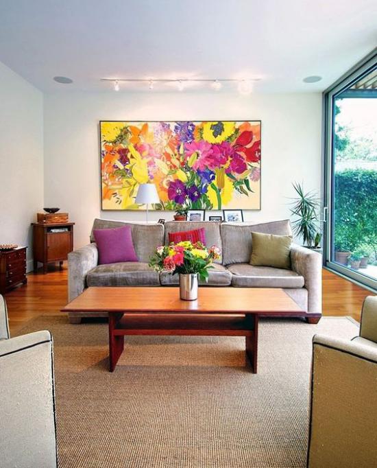 Dekoideen Wohnzimmer helle Einrichtung deckenhohes Fenster rechts Blumen in Vase