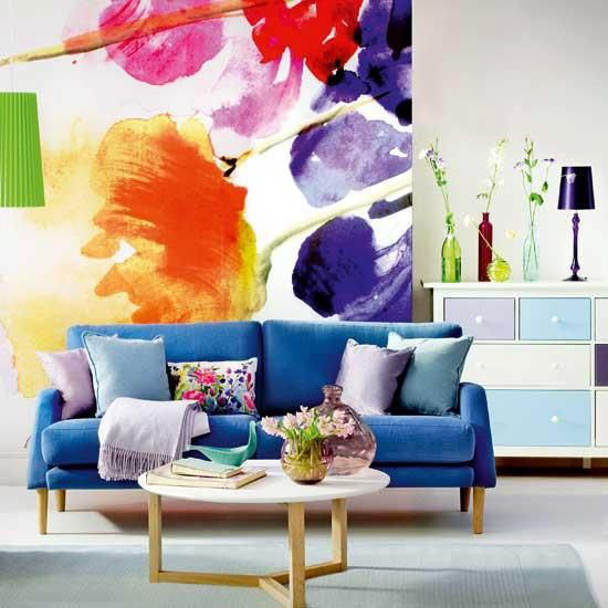 Dekoideen Wohnzimmer schöne stilvolle Einrichtung Raumgestaltung marineblaues Sofa Wandgemälde Blumen