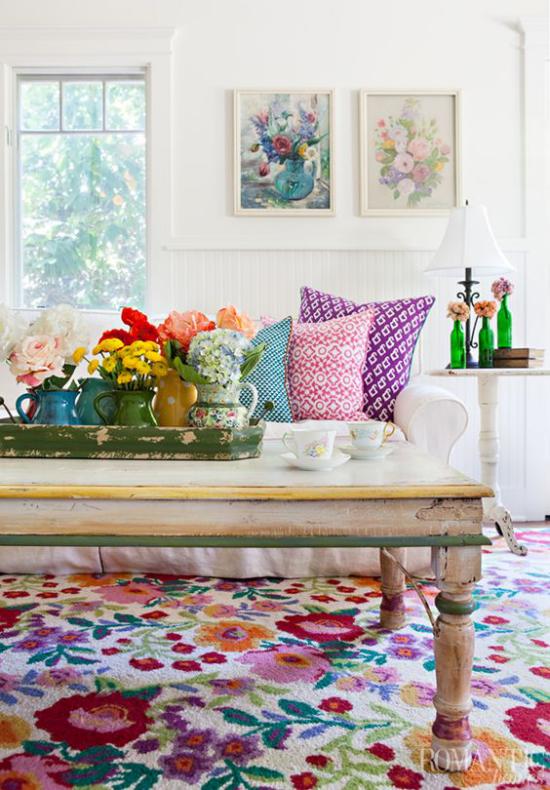 Dekoideen Wohnzimmer viele Farben bunte Wurfkissen helles Sofa bunter Teppich