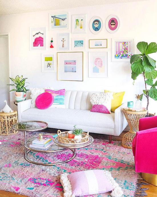 Dekoideen Wohnzimmer weißes Sofa bunte Wanddeko darüber viele bunte Kissen im Raum