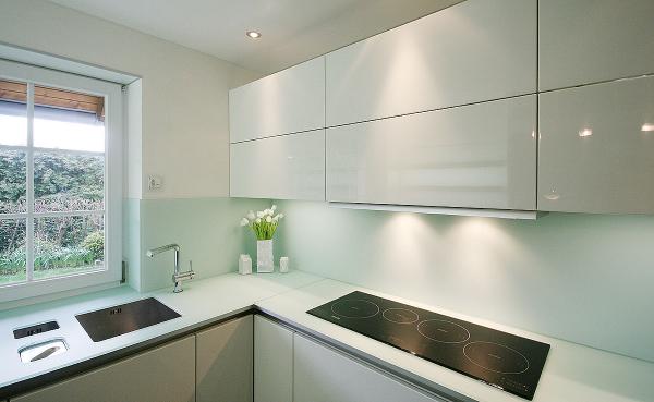 Eckküche in einer weißern Farbe Nischenverkleidung