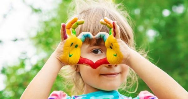 Fingermalfarben selber machen mit Fingerfarben malen Kind