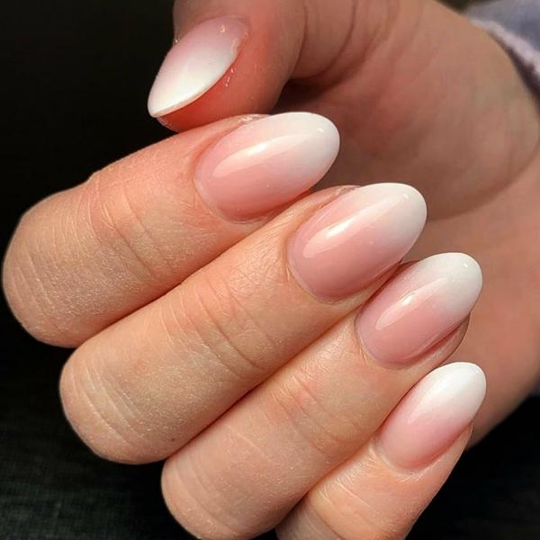 Fingernägel Babyboomer Nägel weiß rosa Ombre Effekt Mandelform