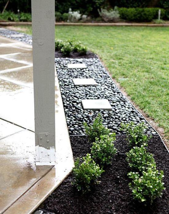 Gartengestaltung - Kontrast zwischen Schwarz und Brettern