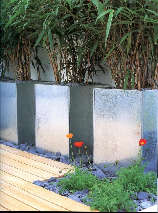 Gartengestaltung - Steine mit Blumen drinnen