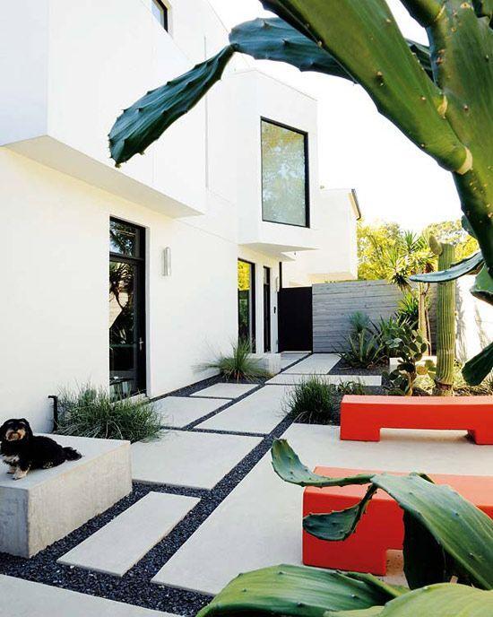 Gartengestaltung - Verschiedene Farben an den Steinen und Möbeln