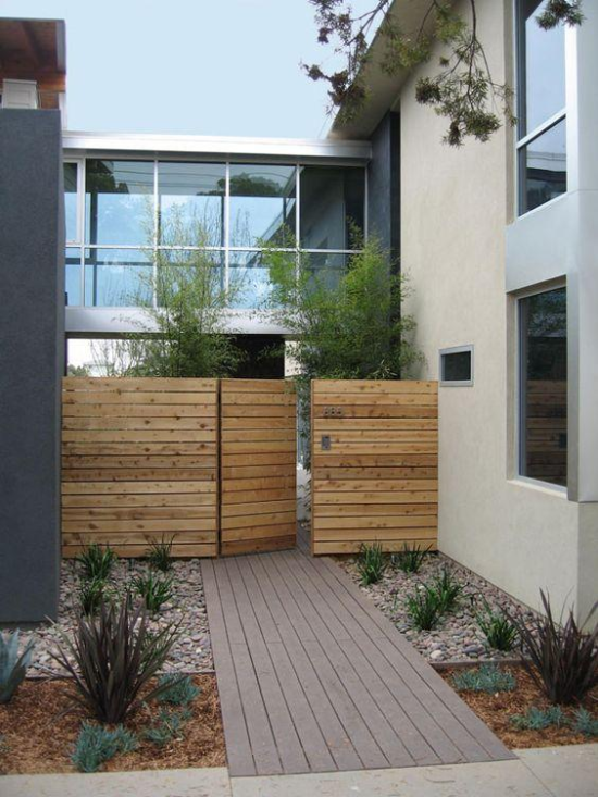 Gartengestaltung mit Holzbrettern und Steinen