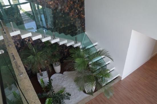 Gartengestaltung mit Steinen neben einer Treppe