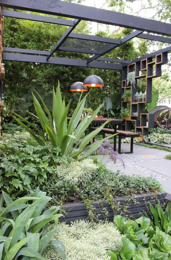 Gartengestaltung - moderne Metallkonsruktion