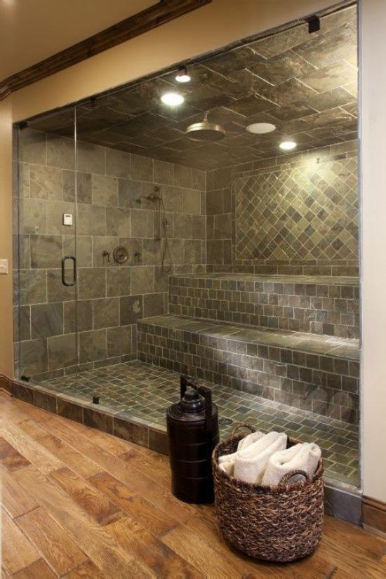 Heimsauna klassisches Design aus Holz hinter Glaswand Korb Hand-und Badetücher aufbewahren