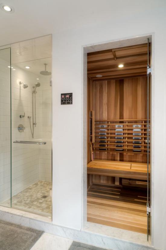 Heimsauna moderner Trend saunieren zuhause daneben Dusche hinter Glaswand