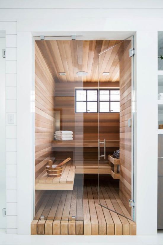 Heimsauna weiße Tücher aus Holz hinter Glaswand Fenster schönes Design kleiner Platz