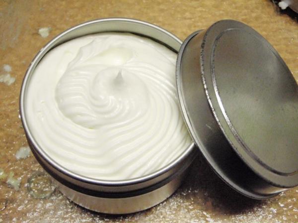 Körperbutter selber machen Rezept im Metallbehälter aufbewahren