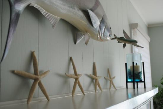 Kaminkonsole sommerlich dekorieren Seesterne dekorative Fische Duftkerze Mitbringsel
