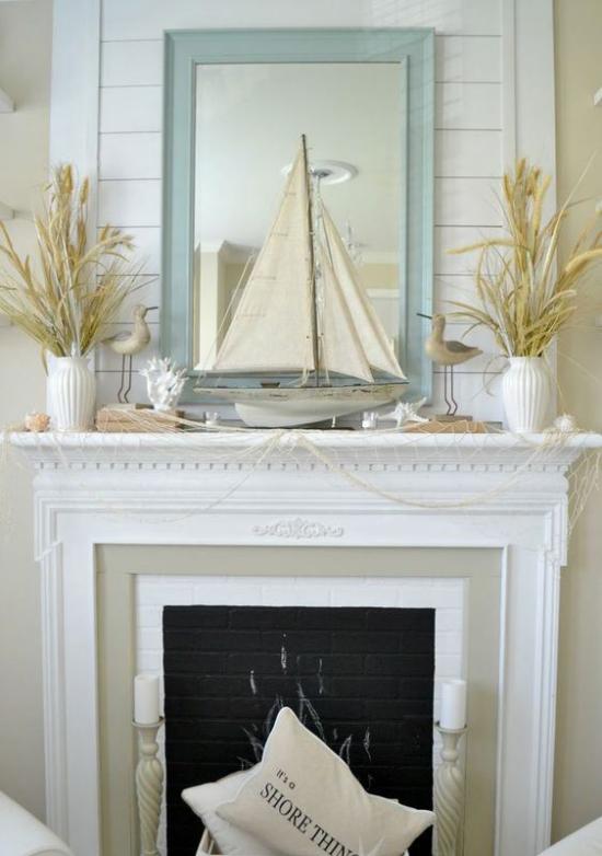 Kaminkonsole sommerlich dekorieren Spiegel Boot Vasen mit trockenen Gräsern in weißen Vasen