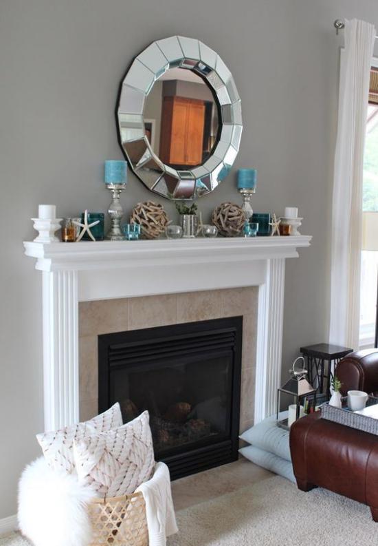 Kaminkonsole sommerlich dekorieren bescheiden geschmückt aber stilvoll in Grau Blau schokoladenbraunes Sofa