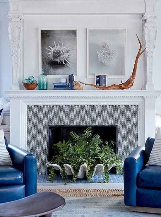 Kaminkonsole sommerlich dekorieren schöner Kaminschmuck in Weiß Grau Marineblau