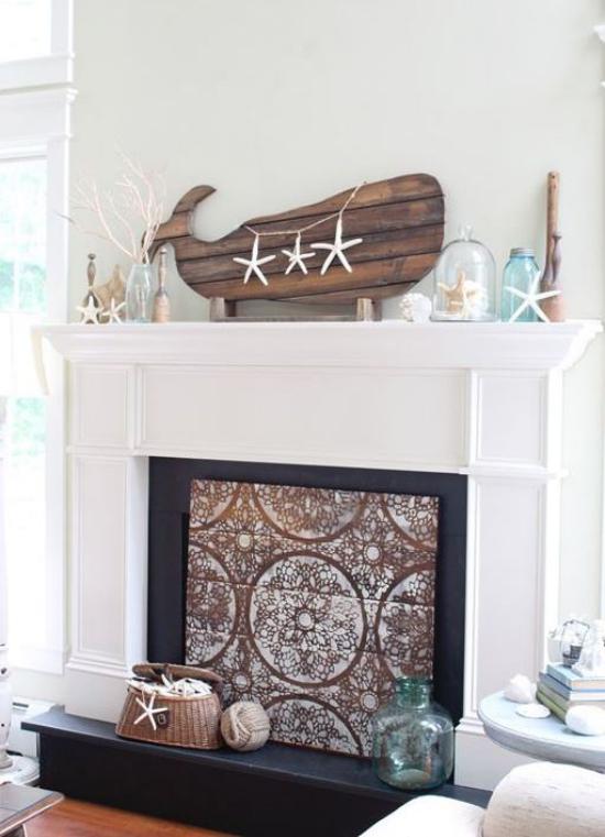 Kaminkonsole sommerlich dekorieren stilvoll mit Holz Treibholz Korb Gläser