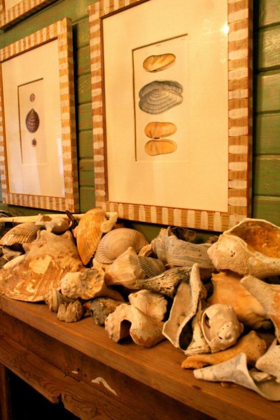 Kaminkonsole sommerlich dekorieren viele Muscheln Seesterne auf dem Kaminsims