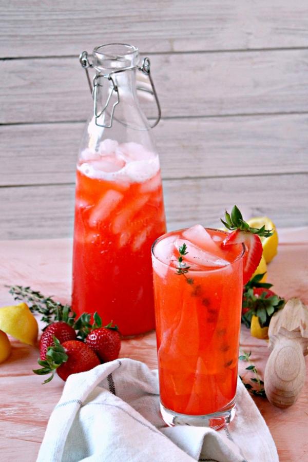 Kräuterlimonade selber machen Erdbeerlimonade Mocktails mit Kräutern und Früchten