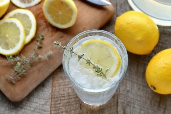 Kräuterlimonade selber machen Limonade mit Kräutern zubereiten