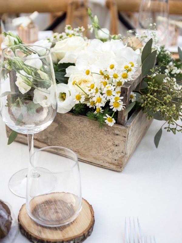 Margeriten im Holzkasten arrangiert Tischdekoration im rustikalen Stil