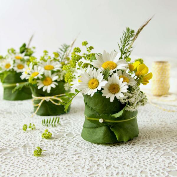 Margeriten weiße Blüten in Blumensträußen arrangiert perfekte Tischdeko zum feierlichen Anlass