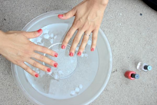 Nägel lackieren Tipps und Tricks kaltes Wasser