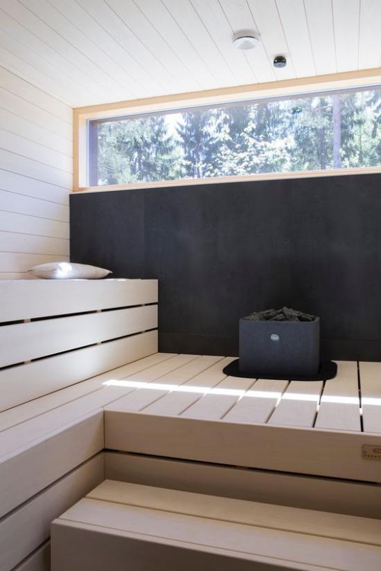 Sauna klassisches Design Fenster zuerst ärztliche Beratung dann ab in die Heimsauna