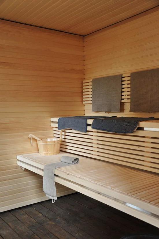 Sauna klassisches Design aus Holz Badetücher schwitzen ist gesund