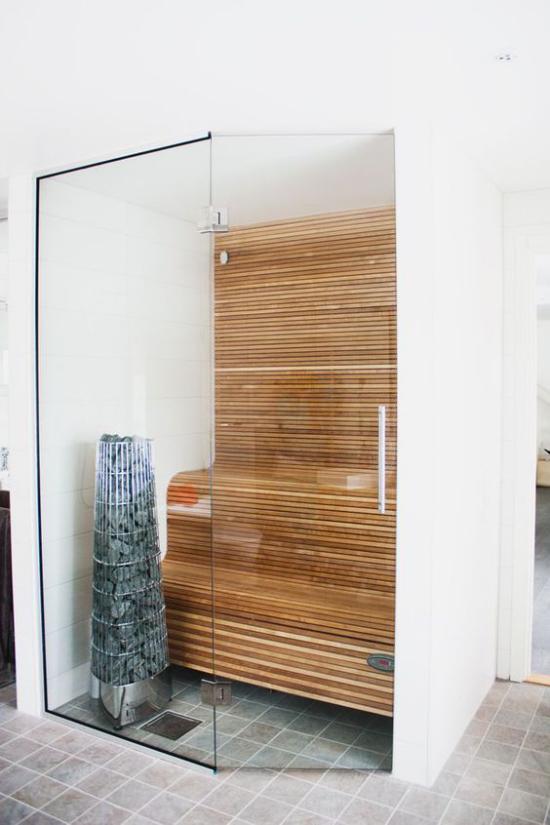 Sauna zuhause auf kleinem Platz hinter Glaswand Holzbänke
