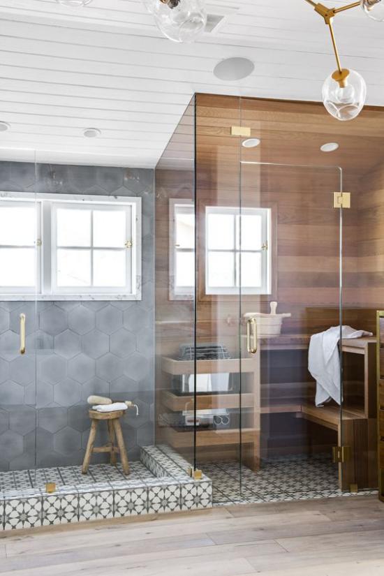 Sauna zuhause hinter Glaswand daneben Dusche Bad im Retro Stil