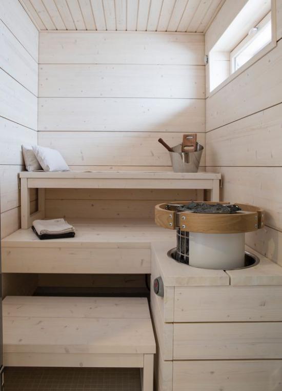 Sauna zuhause im Retro Stil aus hellem Holz Tücher Kübel Fenster