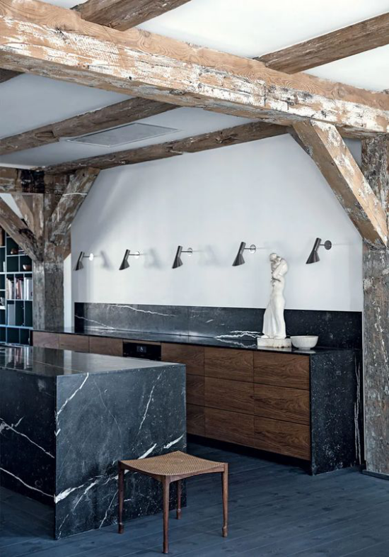 Schwarzer Marmor im Interieur Landhausküche Renovierung viel schwarzer Marmor einsetzen