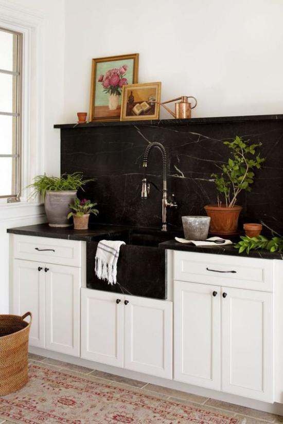 Schwarzer Marmor im Interieur das klassische Farbduo Schwarz-Weiß schwarze Küchenrückwand