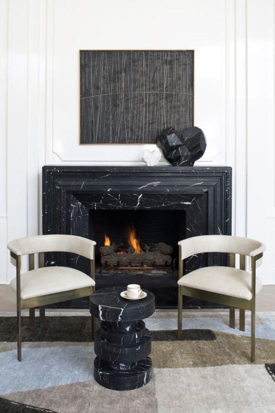 Schwarzer Marmor im Interieur eleganter Look Kamin mit schwarzem Marmor verkleiden hervorragende Idee zeitlos