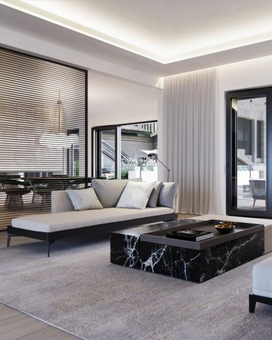 Schwarzer Marmor im Interieur elegantes Wohnzimmer niedriger Tisch hellgraues Liegesofa Gardinen