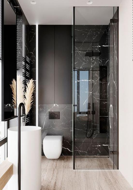 Schwarzer Marmor im Interieur interessantes Baddesign Grau Schwarz etwas Weiß klassische Farbkombination