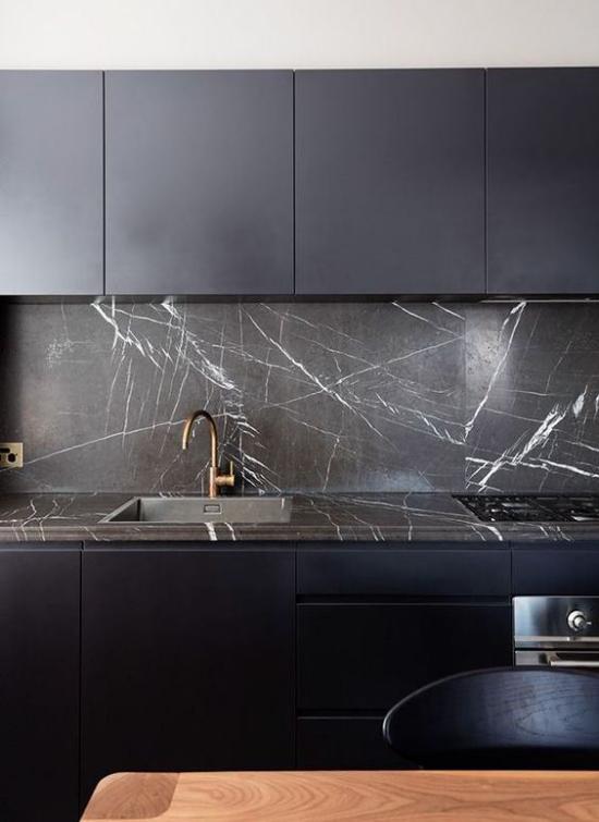 Schwarzer Marmor im Interieur moderne Küche Arbeitsplatte Küchenrückwand aus schwarzem Marmor perfektes Duo