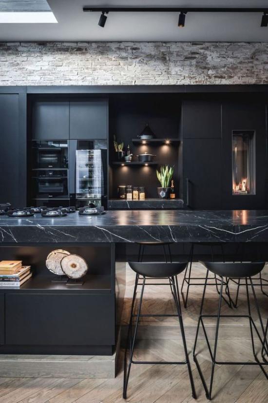 Schwarzer Marmor im Interieur moderne Küche Naturstein Kücheninsel