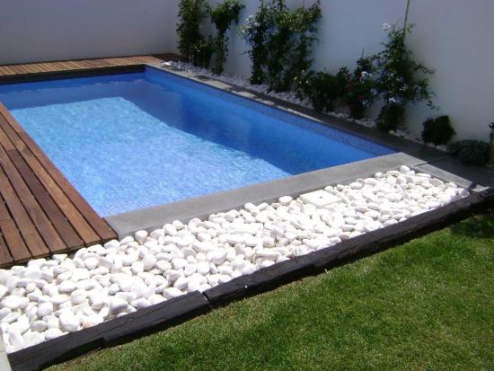 Schwimmbad mit Steinen - moderne Gartengestaltung