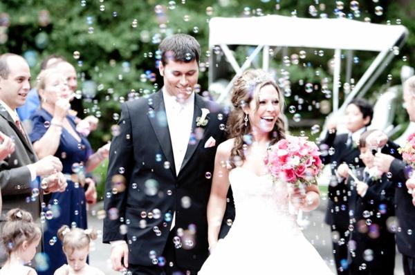Seifenblasen Hochzeit Gäste machen Seifenblasen