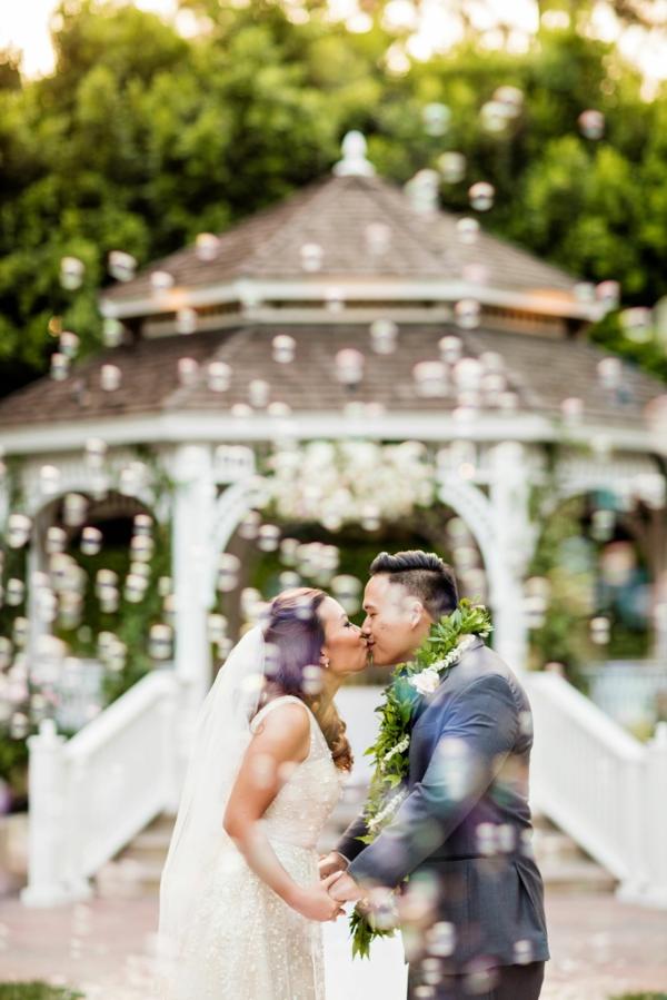 Seifenblasen Hochzeit Kuss Frischvermählte