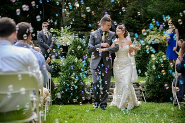 Seifenblasen Hochzeit Rasen.