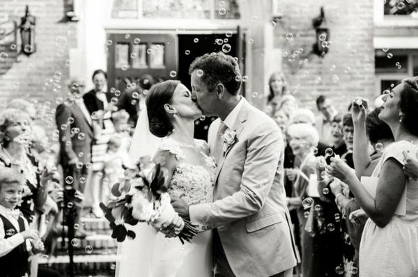 Seifenblasen Hochzeit nach der Trauung Ehepaar