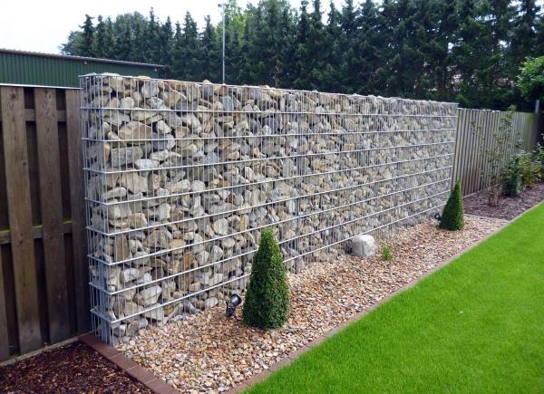 Steine im Zaun - sehr toller und Kreariver Sichtschutz