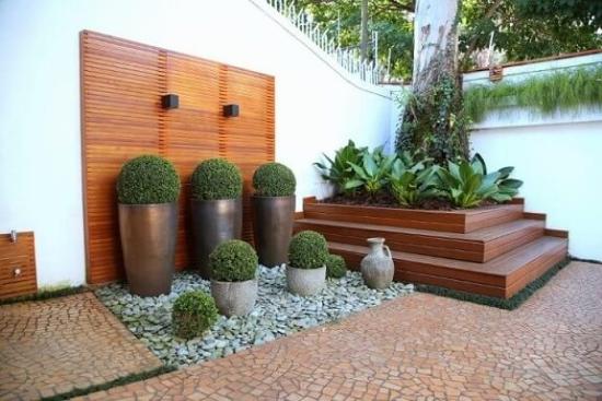 Verdschiedene grüne Pflanzer - Gartengestaltung