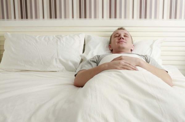 Ποια είναι η καλύτερη θέση ύπνου για εσάς Πλεονεκτήματα, μειονεκτήματα και συμβουλές Πίσω υπνοδωμάτια στην πλάτη σας