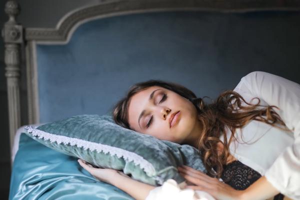 Ποια είναι η καλύτερη θέση ύπνου για εσάς Πλεονεκτήματα, μειονεκτήματα και συμβουλές για τον ύπνο στην πλευρά της γυναίκας